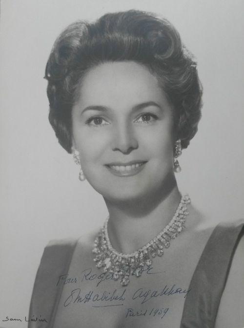 Begum Om Habibeh Aga Kahn Yvette Labrousse Signed to Roger Flor, 1er coiffeur Elizabeth Arden, 1959