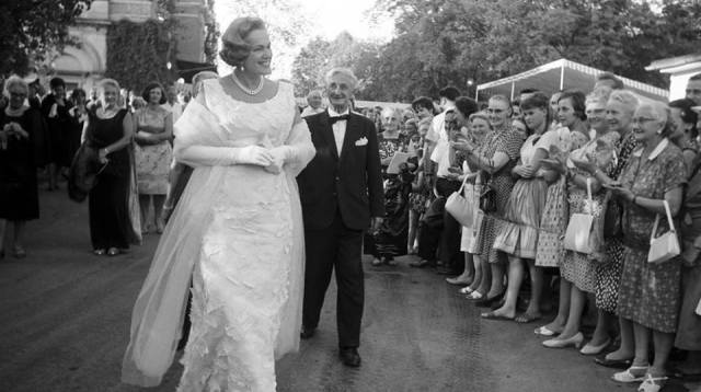 The crowd applauds, as Her Highness The Begum Aga Khan III arrives at the Bayreuth Festival in Bayreuth, Germany in 1963