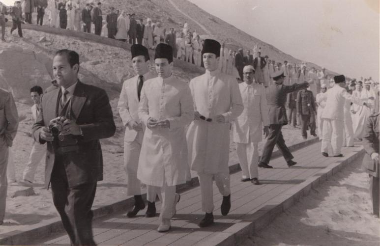 aga-khan-iii-aswan-family-walking