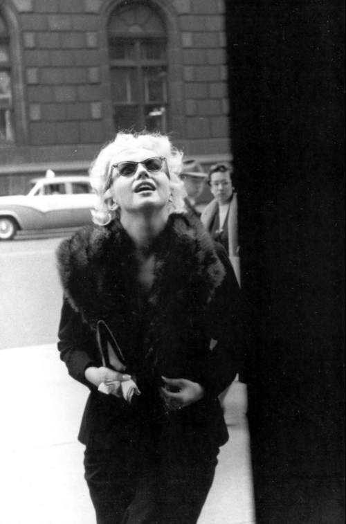 Marilyn Monroe on the way to shopping at Elizabeth Arden Salon