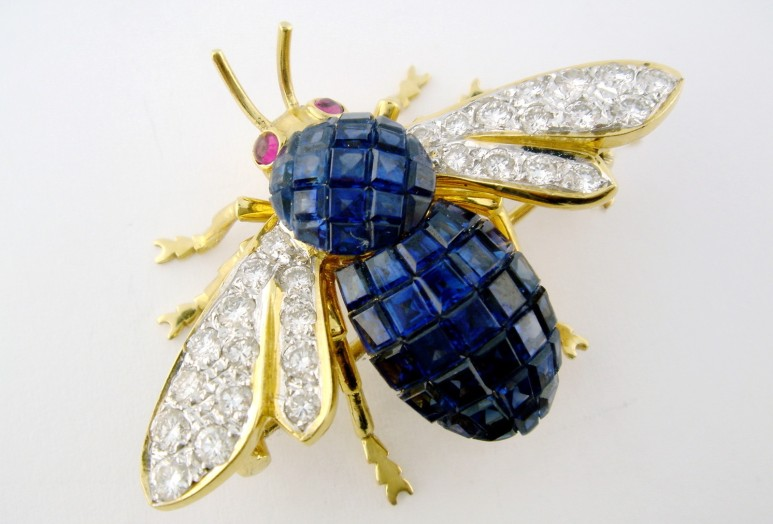 Van Cleef Arpels Gold Platinum Sapphire Ruby Bee Mystery Set brooch Yakymour