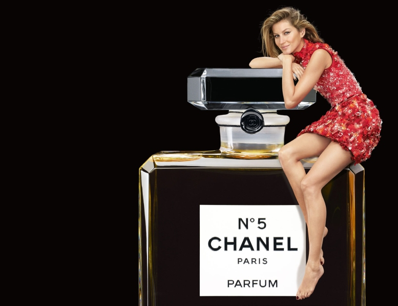 gisele_bundchen-by-patrick_demarchelier-chanel_no5-fragrance-christmas-2015-feat-1536x700 b