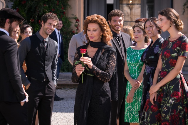 11_dolce-and-gabbana-sophia-loren-dolce-rosa-excelsa-ad-campaign-backstage-horizontal-4