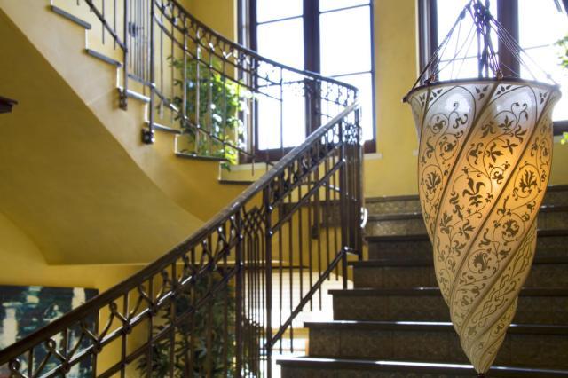Robin Williams Napa Estate Villa Sorriso hallway 3.jpg