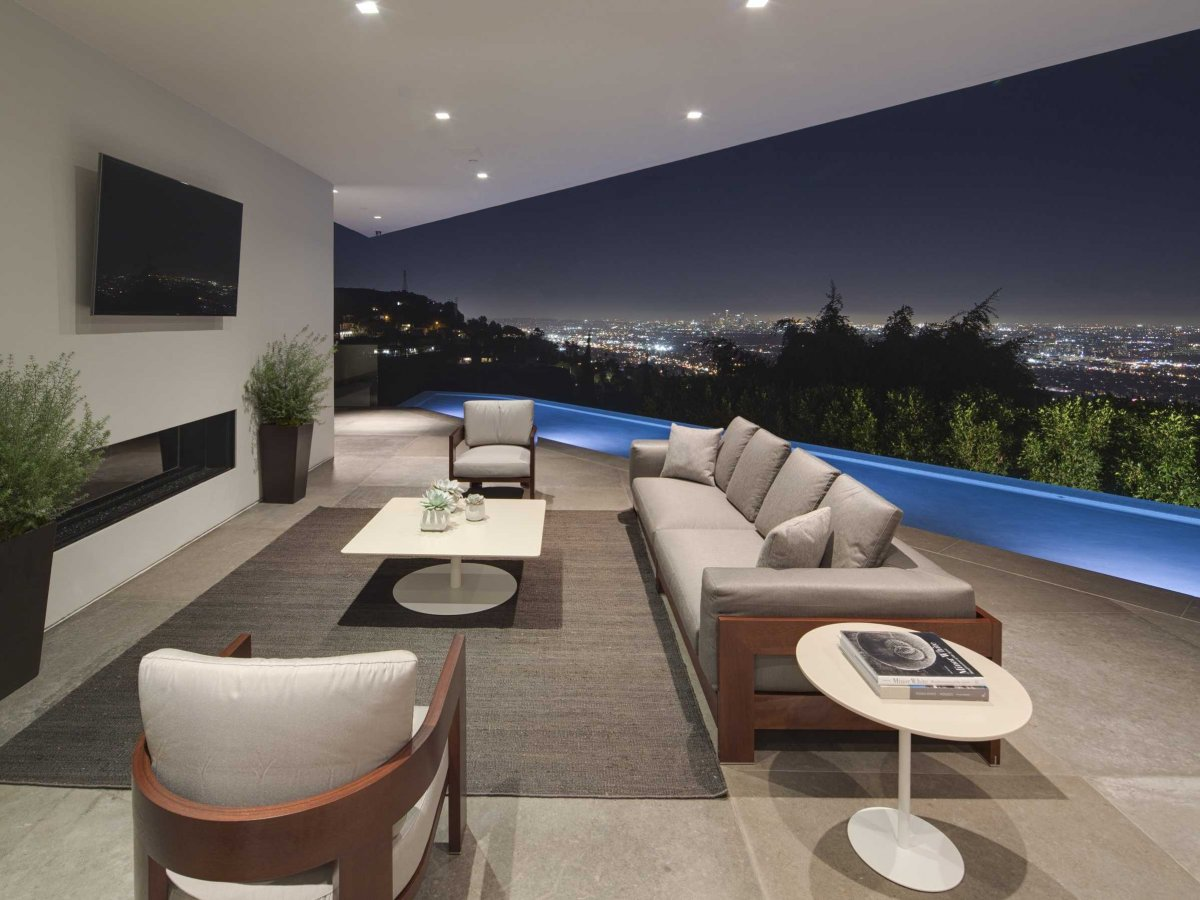 terraces-attached-to-the-master-suite-make-use-of-the-moving-glass-walls