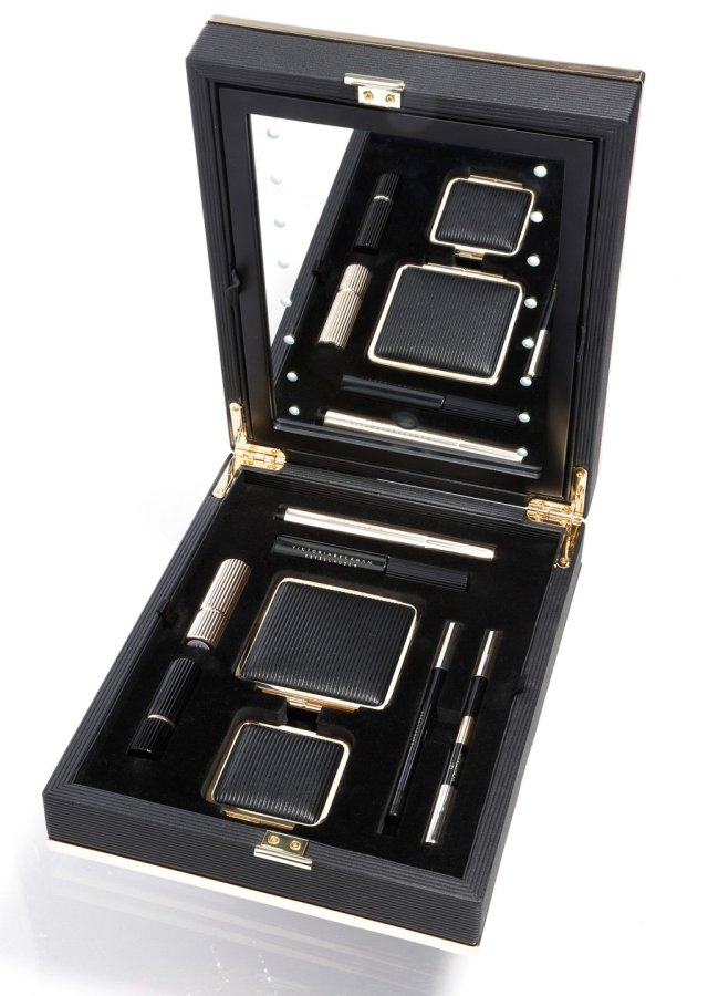 Victoria-Beckham-for-Estee-Lauder-–-the-portable-makeup-mirror.jpg