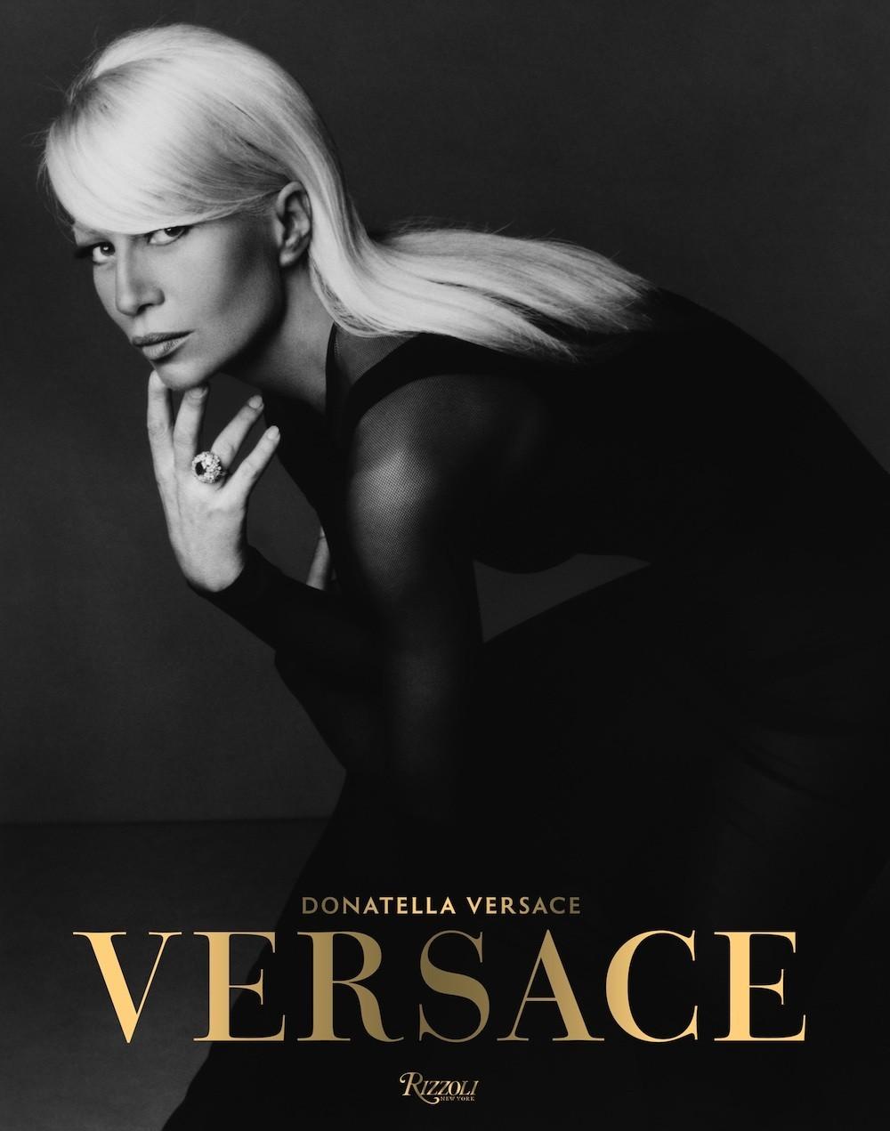 donatella-versace-brengt-een-boek-uit-over-het-modehuis-versace-7805