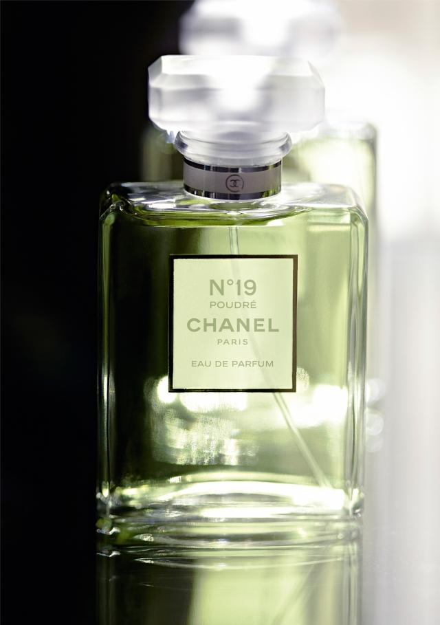 Chanel N°19 Poudré Bottle Front1