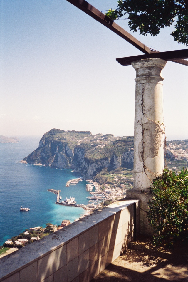 Overlooking_Capri_harbour_from_the_rotunda_in_Villa_San_Michele_hires