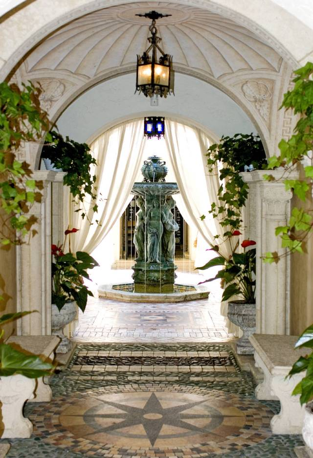 Gianni-Versace-Casa-Casuarina-Daytime-Mansion-Courtyard-Fountain1