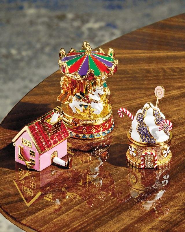Estée-Lauder-Modern-Muse-Gingerbread-Cottage-Solid-Perfume-Banner.jpg