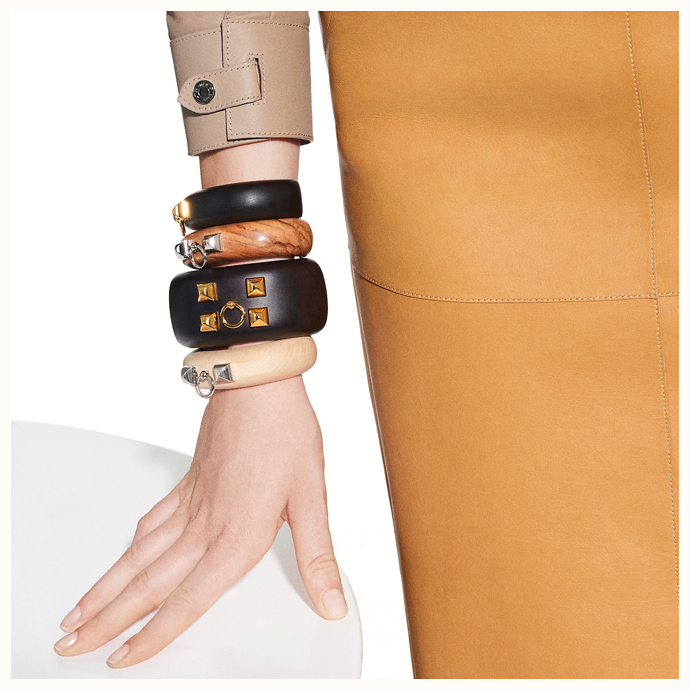 medor-cuff-bracelet--052987F%2001-worn-10-50-0-1366-1366_b.jpg