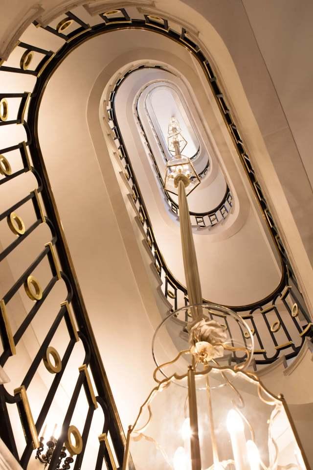 La-Reserve-Paris-Hotel-escalier-3