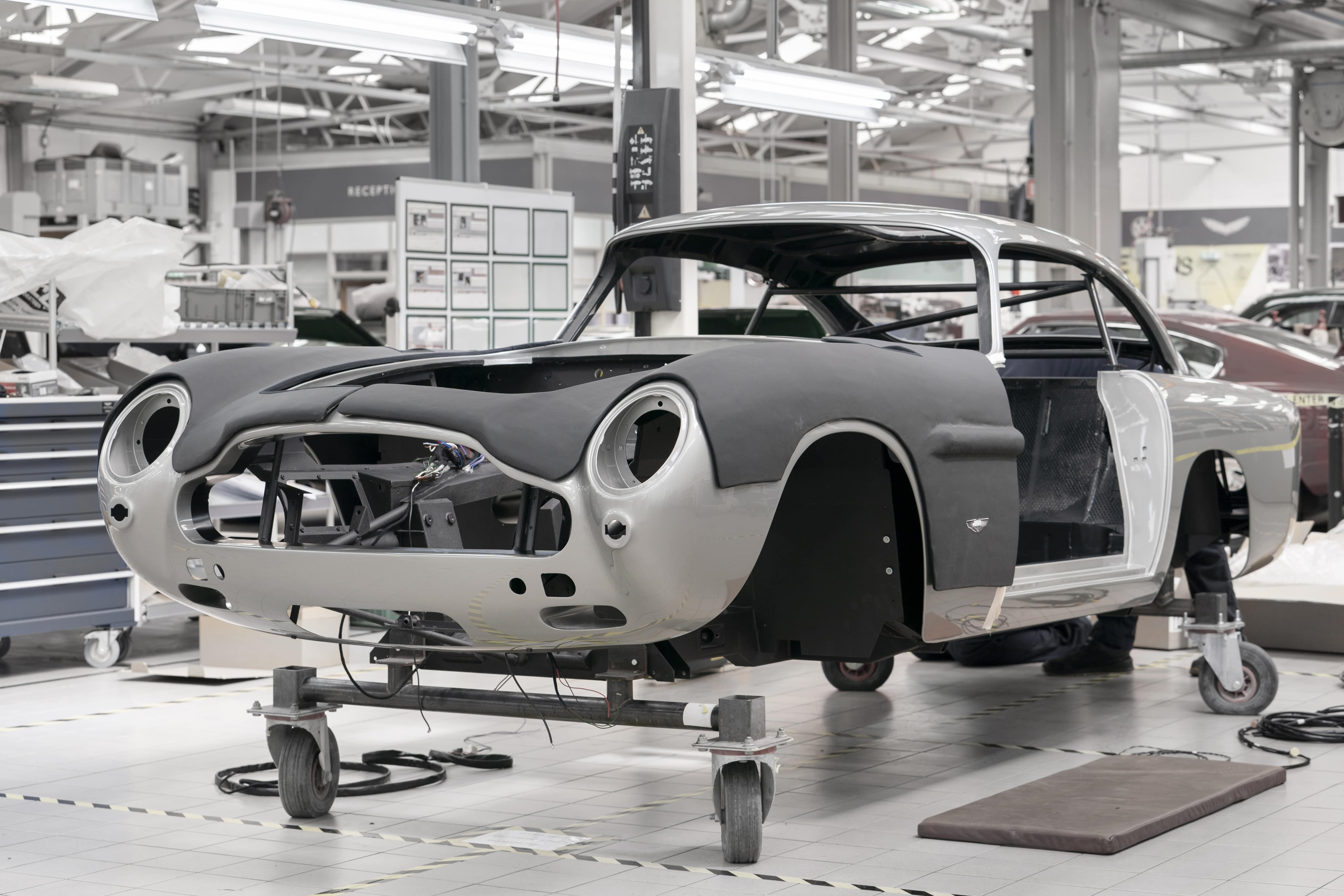 Aston-Martin-DB5-Goldfinger-Continuation_04-min